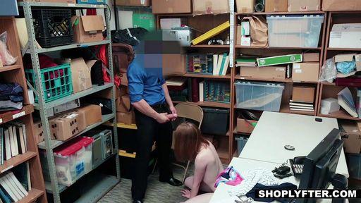 Изображение Рыжая девушка попалась за кражу и ответила минетом